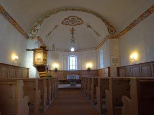 Kirche Luven Innenraum beleuchtet